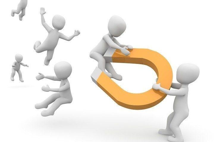 przyciąganie klientów przez polecenia